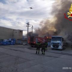 A fuoco capannone sulla strada statale 96: bruciano plastica e altri rifiuti