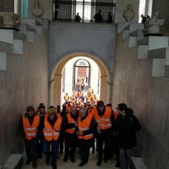 i gilet arancioni entrano a palazzo gentile