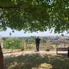 Il presidente Emiliano davanti al panorama dei giardini pensili