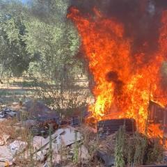 Le alte fiamme su via Traiana