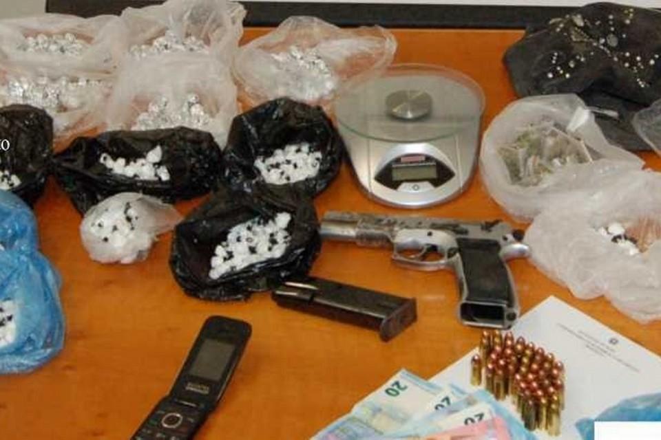 La droga e la pistola sequestrati dalla Polizia di Stato