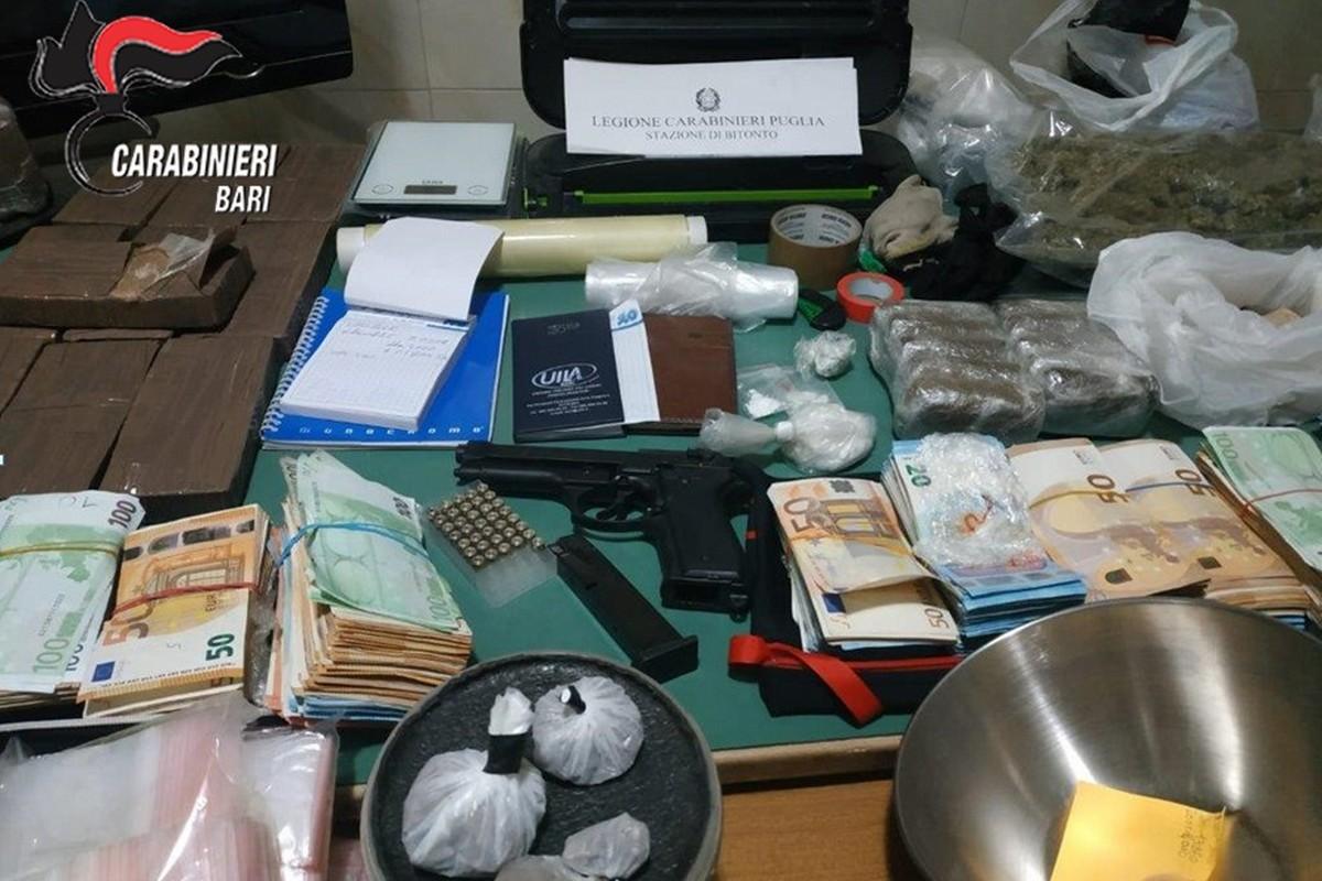 La droga e i contanti sequestrati dai Carabinieri