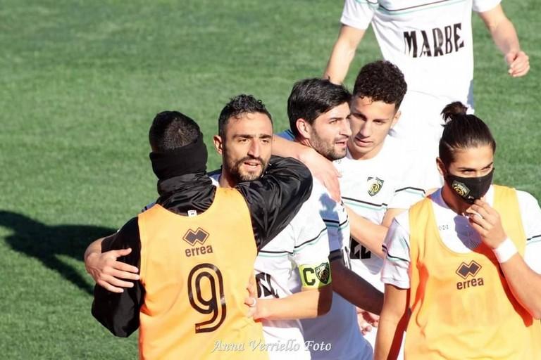 L'esultanza dei calciatori neroverdi. <span>Foto Anna Verriello</span>