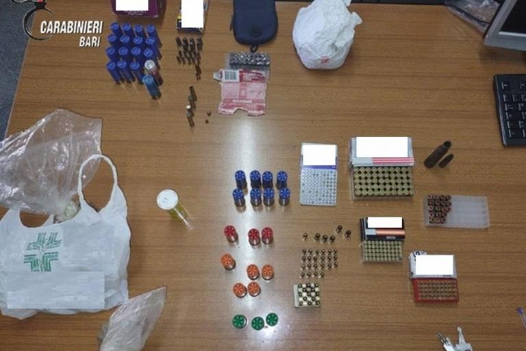 La droga e le munizioni sequestrate dai Carabinieri