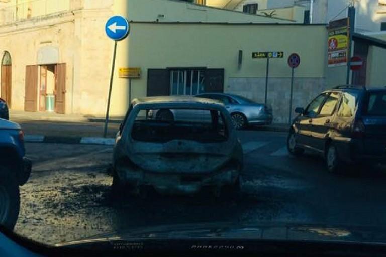 Auto a fuoco. <span>Foto Anna Verriello</span>