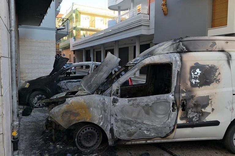 auto in fiamme in via Vito Acquafredda