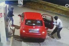 Fa benzina ma le rapinano l'auto al distributore Camer di Bitonto