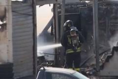 Incendio nell'autorimessa Car Service: 17 le auto distrutte, un ferito lieve