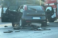 Impatto frontale sulla strada provinciale 231: auto distrutte, tre feriti