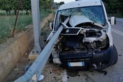 Guard rail perfora l'abitacolo di un furgone fra Ruvo e Palombaio, miracolato il conducente