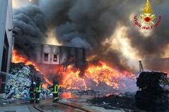 Grave incendio tra Palo e Bitonto: a fuoco stabilimento eco-balle