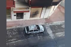Notte di fuoco in via Gliro: un'auto in fiamme danneggia la facciata di un palazzo