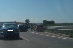 Auto in fiamme sulla ss16: paura per una famiglia di Bitonto in viaggio verso il mare