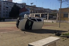 Ribaltano un'auto su una piazza pedonale: follia nella 167 di Bitonto
