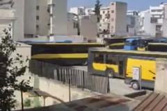 Il deposito autobus di via Planelli esaspera i cittadini: «Salute in grave pericolo»