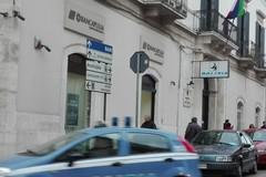 Trova un assegno smarrito da 50mila euro e lo consegna alla Polizia