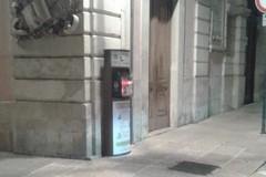 Petardi nel defibrillatore pubblico in piazza Cavour