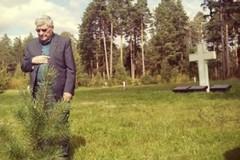 Don Ciccio Acquafredda dopo 80 anni sulla tomba del padre morto in guerra in Russia