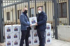 Pacchi alimentari per i poveri alla Caritas di don Vito Piccinonna dall'associazione Lilly Colucci
