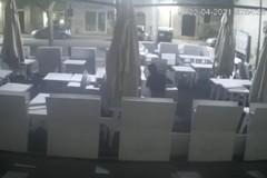 Rubate 30 sedie dal dehors del Cenobio