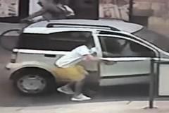 Apre la portiera e ruba la borsa: ladro manolesta a Bitonto. IL VIDEO