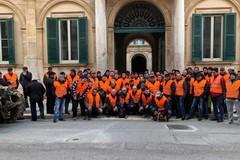 I trattori dei gilet arancioni a Palazzo Gentile per protestare contro il Governo