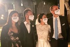 «Quanda moss»: sposi e invitati con le mascherine dei detti di Puglia