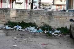 """Rifiuti ed erbacce vicino alla stazione di Bitonto """"Ss.Medici"""""""