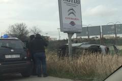 Fuori strada sulla Sp231, finisce con l'auto contro un palo della pubblicità