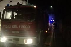 Misterioso incendio divampa nella notte: una Fiat Punto distrutta dalle fiamme