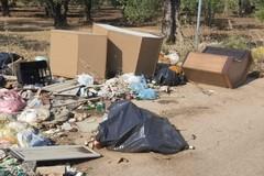A Bitonto si scaricano mobili e poltrone: così nasce una discarica