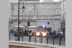 A fuoco un locale del centro storico di Bitonto: pompieri in azione in piazza Cavour