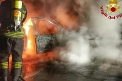 Torna l'incubo: incendiata una Fiat Panda, danneggiate altre due