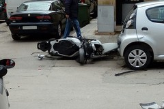 Auto contro scooter su via Crocifisso: ferito il centauro