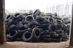 Una montagna di pneumatici sequestrati ai gommisti di Bitonto