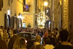 Follia nel centro storico: auto sfida la processione e blocca Sant'Antonio