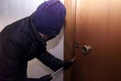 Due ladri entrano in uno stabile: i vicini chiamano la Polizia e li fanno arrestare