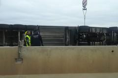 Tir si ribalta sulla strada provinciale 231, traffico paralizzato