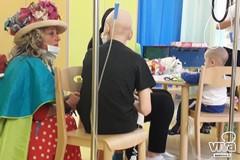 Torna a scuola dopo il cancro: bambino bitontino festeggia con Zia Caterina