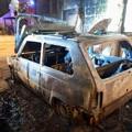Bruciano due auto a Mariotto: le fiamme lambiscono un'abitazione