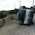 Ruvo: camion si ribalta sui binari, traffico bloccato fino a Bitonto