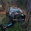 In fuga con l'auto rubata, si schiantano contro un albero: arrestati