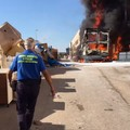 Camion in fiamme in un deposito di Bitonto: in un video le immagini del rogo