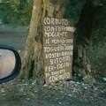 Contro l'abbandono di rifiuti un cartello di offese agli sporcaccioni