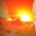 Auto in fiamme nelle campagne