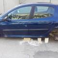 Furto di gomme e cerchioni a Bitonto: l'auto lasciata sui mattoni di tufo