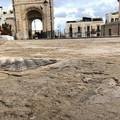 Olio dal mezzo della nettezza urbana: sabbia in piazza Cavour