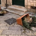 Vandali in via Mercanti: rovesciate le fioriere decorate per il Natale