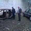 Rifiuti e un'auto incendiata, forse dopo il furto, tra Bitonto e Palo del Colle