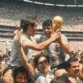 Maradona e il campione del mondo con i nonni di Bitonto